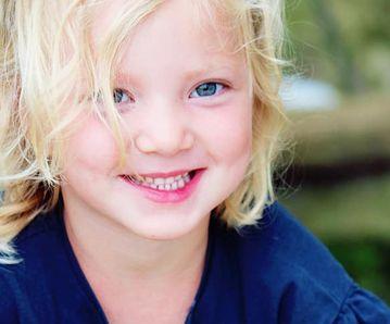 Jolie sourire d'une jeune fille